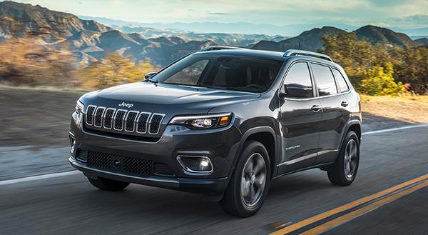Jeep Cherokee 2020 roulant sur une route de campagne pendant la journée